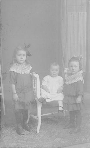 <b>ZOEKPLAATJE:</b>Breure Onbekend 1923 Kinderen bij Fotograaf 838
