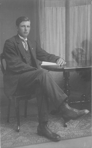 <b>ZOEKPLAATJE:</b>Breure Onbekend 1923 Man bij Fotograaf 379
