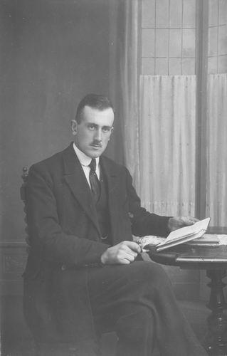 <b>ZOEKPLAATJE:</b>Breure Onbekend 1923 Man bij Fotograaf 823