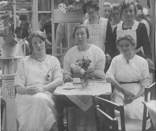 <b>ZOEKPLAATJE:</b>Breure Onbekend 1923 Meiden op Bazar