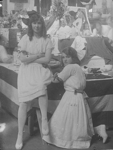 <b>ZOEKPLAATJE:</b>Breure Onbekend 1923 Meiden op Bazar 373