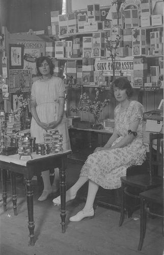 <b>ZOEKPLAATJE:</b>Breure Onbekend 1923 Meiden op Bazar 376