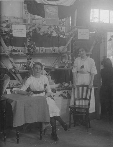 <b>ZOEKPLAATJE:</b>Breure Onbekend 1923 Meiden op Bazar 854