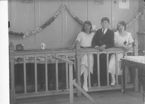 <b>ZOEKPLAATJE:</b>Breure Onbekend 1923 Meiden op Bazar 855