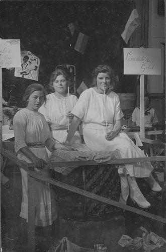 <b>ZOEKPLAATJE:</b>Breure Onbekend 1923 Meiden op Bazar 856