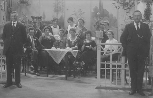 <b>ZOEKPLAATJE:</b>Breure Onbekend 1923 Meiden op Bazar 857
