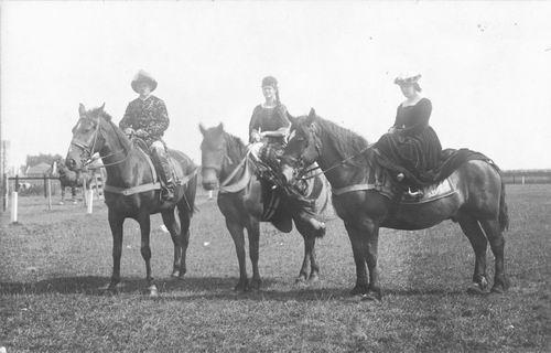 <b>ZOEKPLAATJE:</b>Breure Onbekend 19__ Dames verkleedt op Paarden 954