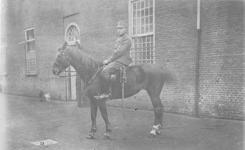 <b>ZOEKPLAATJE:</b>Breure Onbekend 19__ Militair op Paard 371