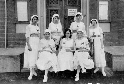 Breure Aaltje AdrDr 19__ met andere Verpleegsters Witte Kruis