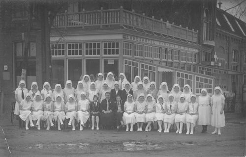 <b>ZOEKPLAATJE:</b>Breure Onbekend 19__ Verpleegsters Witte Kruis voor de Beurs.jpg