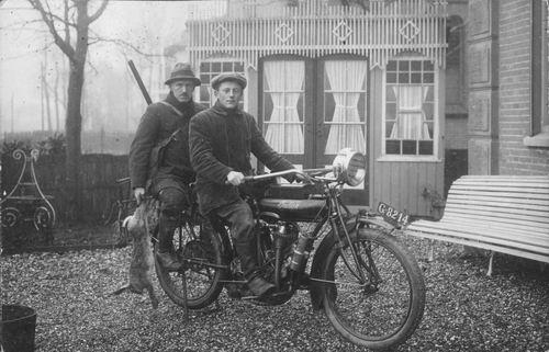 <b>ZOEKPLAATJE:</b>Hoofdweg W 0689 1909 met fam v Wieringen op Motor