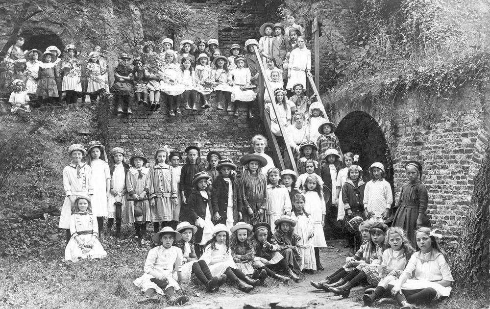 Brummelaar Cor 1916 tussen Groep Kinderen