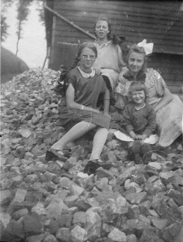 Bulk Janny 1930 193_ met Naamgenoot Nichtjes op Hoop Keien