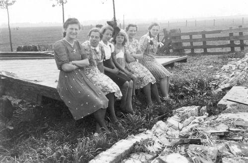 Bulk Grietje 1920 19__ met Zusters ea op Boerenkar