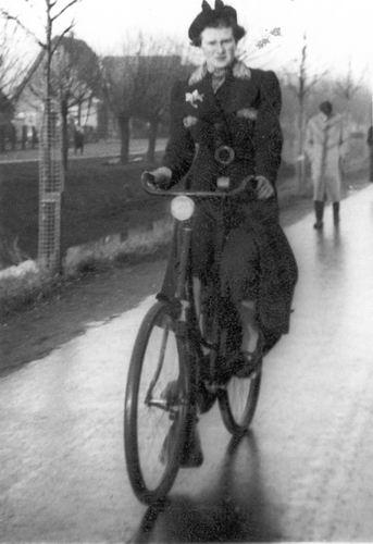 Bulk Grietje 1920 19__ op Fiets op Venneperweg met Schoolstraat