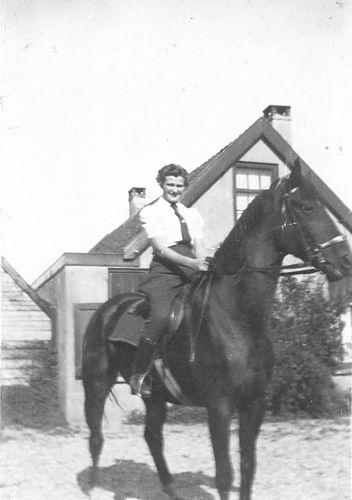 Bulk Grietje 1920 19__ op Paard voor Huis bij Nelia's Hoeve