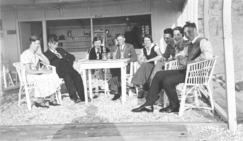 <b>ZOEKPLAATJE:</b>&nbsp;Bulk Onbekend 1934 Jongeren op Terras Strandtent