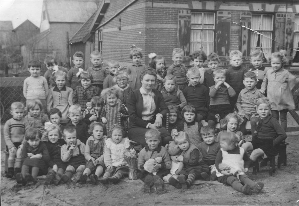 Christelijke Kleuterschool Abbenes 1944 met Jaap C Baars