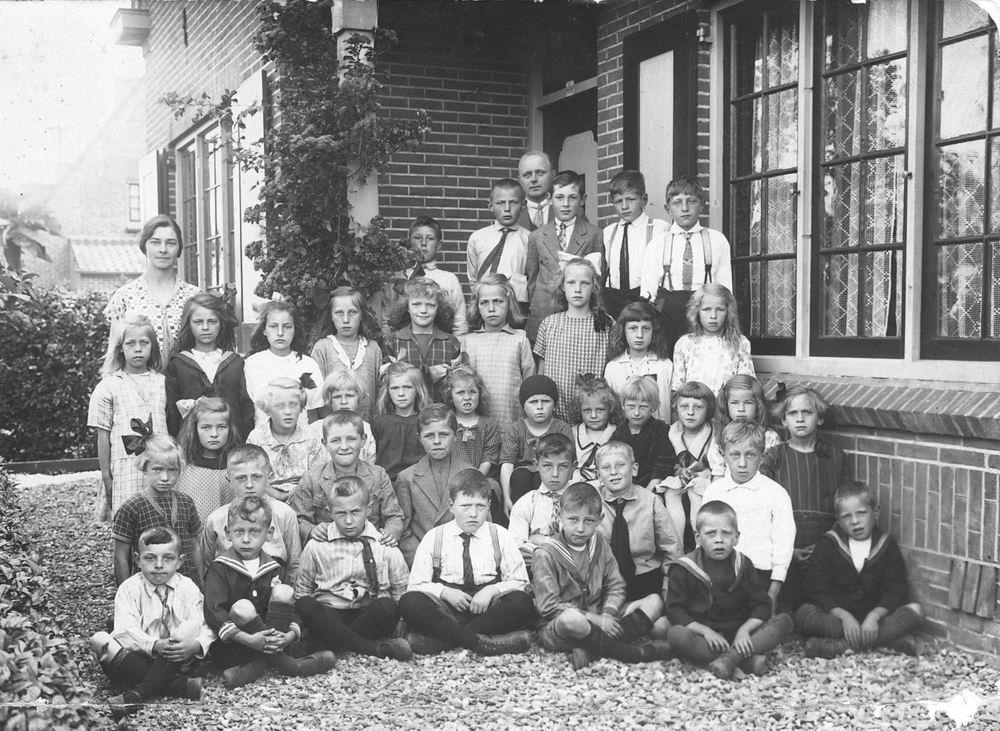 <b>ZOEKPLAATJE:</b>&nbsp;Christelijke School Abbenes 1926± Klas voor huis Mr Dorgelo