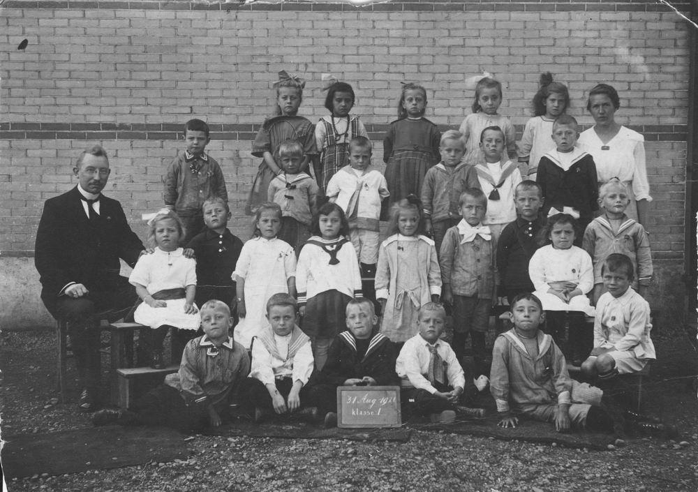 Christelijke School Badhoevedorp 1921 Klas 1 met Meester Kat