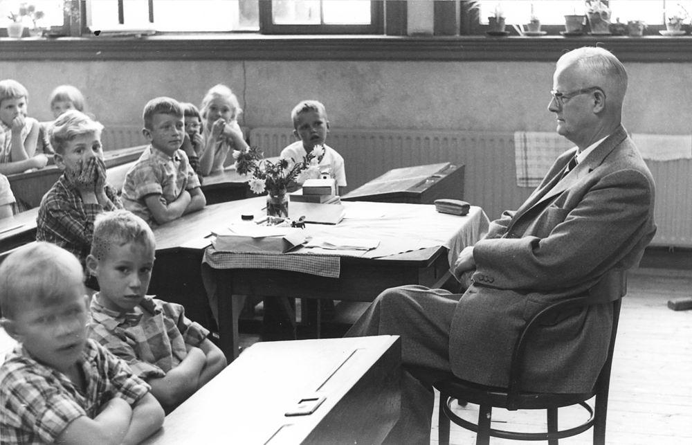 <b>ZOEKPLAATJE:</b>Christelijke School Hoofddorp 1956 Klas 4 met Mr v Hoogdalem