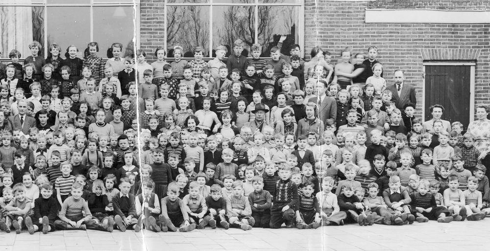 <b>ZOEKPLAATJE:</b>Christelijke School Hoofddorp 19__ Hele School_rechts