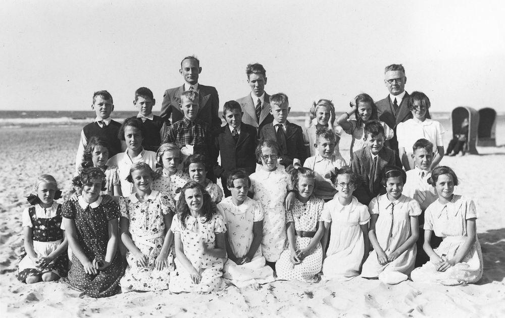 <b>ZOEKPLAATJE:</b>Christelijke School Hoofddorp 19__ Schoolreisje naar Strand