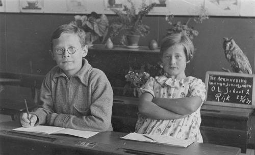 Cloe_Chris_de_1937_Schoolfoto_met_zus_Clara