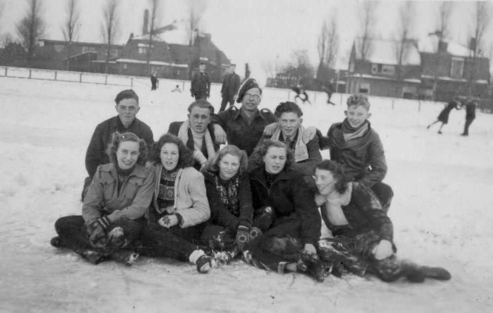 Concourslaan Z 0080+ 1946 IJsbaan met Peet v Vliet