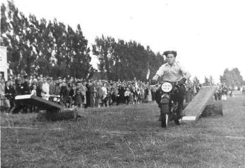 Concourslaan Z 0080+ 19__ Arie Oskam op Motor Behendigheidswedstrijd