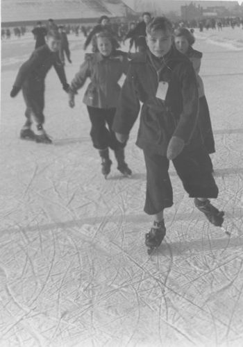 Concourslaan Z 0080+ IJsbaan 1951± met Hilda v Tienderen 02