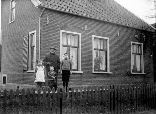 Cruquiusdijk 0078 1933 met fam v Rooijen en Cors van der Putte