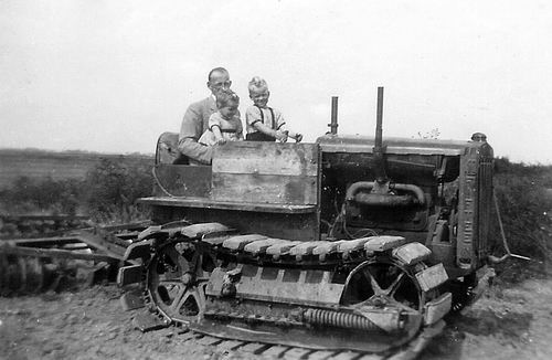 Doorn Kees van 19__ op Rups Tractor met Guda en Henk Jr