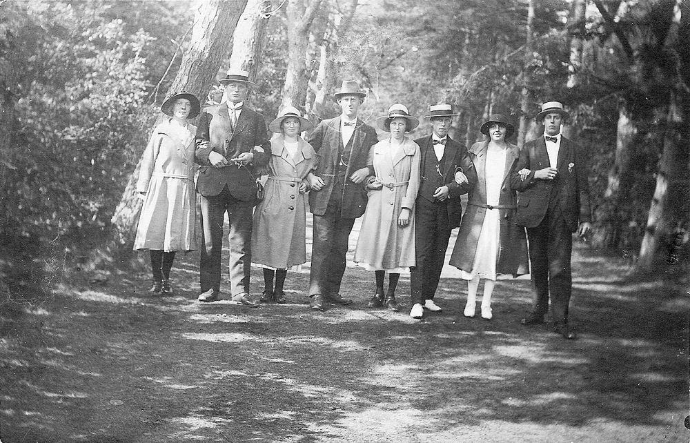 <b>ZOEKPLAATJE:</b>Eikelenboom Elderd 1919 met zus Maria en Onbekenden aan de Wandel