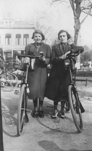 Elshout Hendrika 1921 19__ met Vriendin op de Fiets