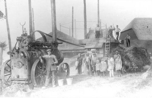 Erwtenoogst 1927 Dorskast met Locomobiel bij Bulk