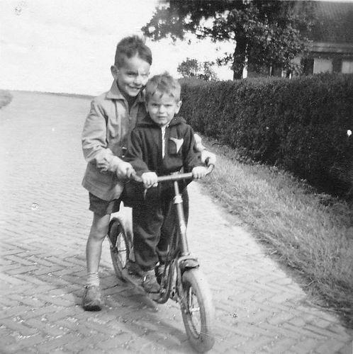 Es Donald v 1952 met broertje Walter bij kruising Lijnderdijk en Hoofdweg W
