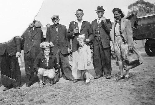 Es Teunis v 1906 1943 met Vrouw en dochter Jos en Onbekenden