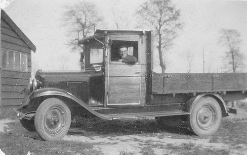 Es Teunis v 1906 19__ met Gezin en Chevrolet vrachtauto 01