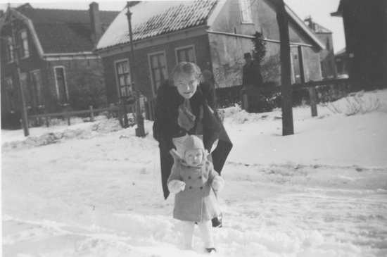 Fortweg 0010 1942 met Ma en Irma Speelman in de Sneeuw