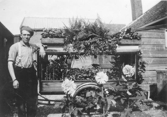 Fortweg 0025 Overbeek Piet Lzn bij bloemenkar 02
