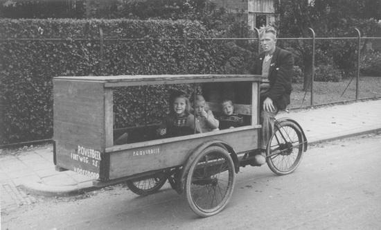 Fortweg 0025 Overbeek Piet Lzn met kinderen in bloemenwagen Re-exp