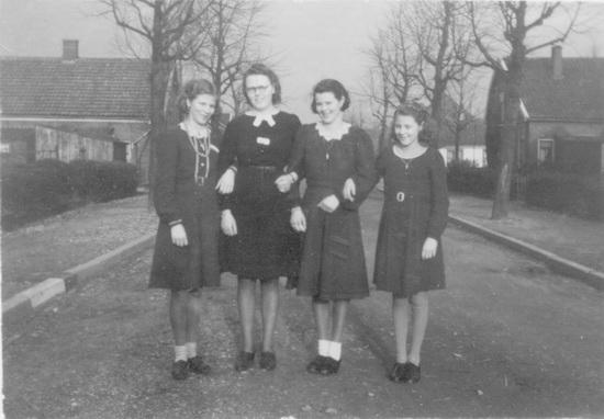 Fortweg 003_ Doorkijk 1943 met meiden v Hamelsveld Re-exposure of