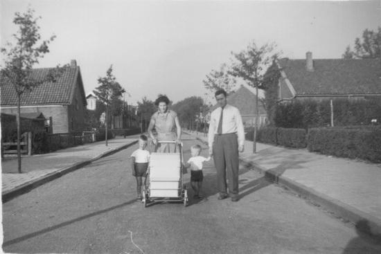 Fortweg 003_ Doorkijk 1956 met gezin v Rooijen
