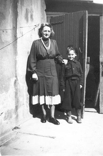 Galis-Verzaal Lena 1956 op Erf met neefje Bram Verzaal 01