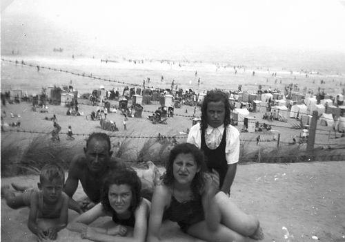 Galis-Verzaal Lena 19__ met familie op Strand 10