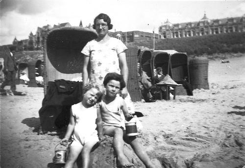 Galis-Verzaal Lena 19__ met familie op Strand 11