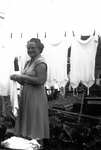 Galis-Verzaal Lena 19__ met haar Wasgoed