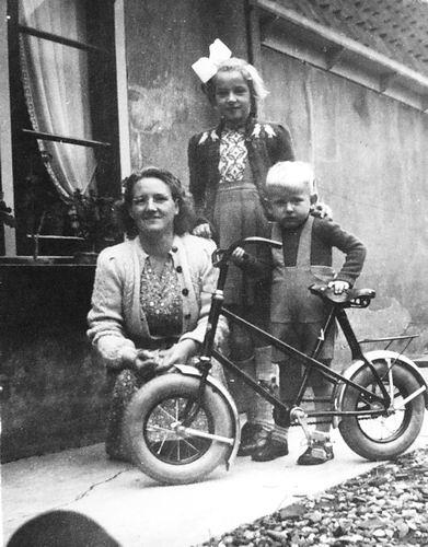 Galis-Verzaal Lena 19__ met kinderen v Olphen 01