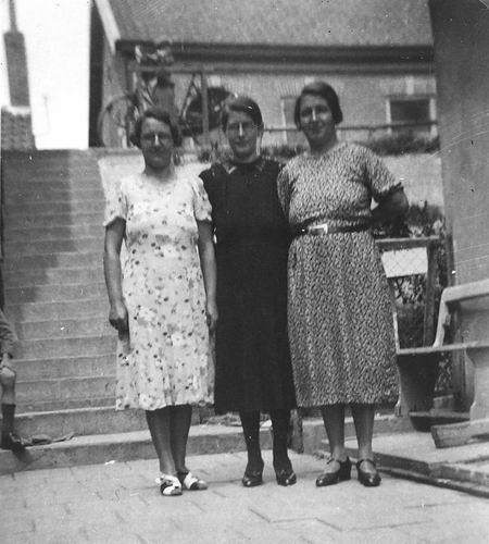Galis-Verzaal Lena 19__ met zusters Cornelia en Maria